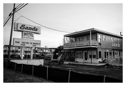 BW photograph of the Sands Motel and its marquee.